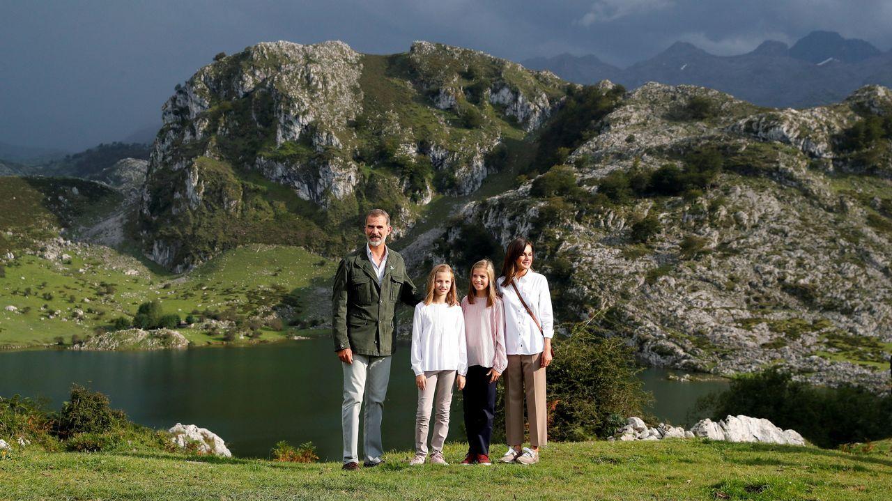 Los reyes Felipe y Letizia, la princesa Leonor (2ªi) y la infanta Sofía (2d) posan ante el lago Enol tras un recorrido con motivo de la celebración del primer centenario del Parque Nacional de la Montaña de Covadonga -embrión del actual Parque de los Picos de Europa