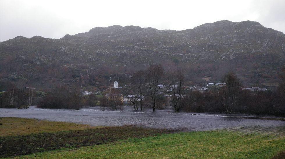 ASÍ HA CASTIGADO EL TEMPORAL A OURENSE.La crecida del río ha dejado incomunicado el pueblo de Pradorramisquedo en Viana do Bolo