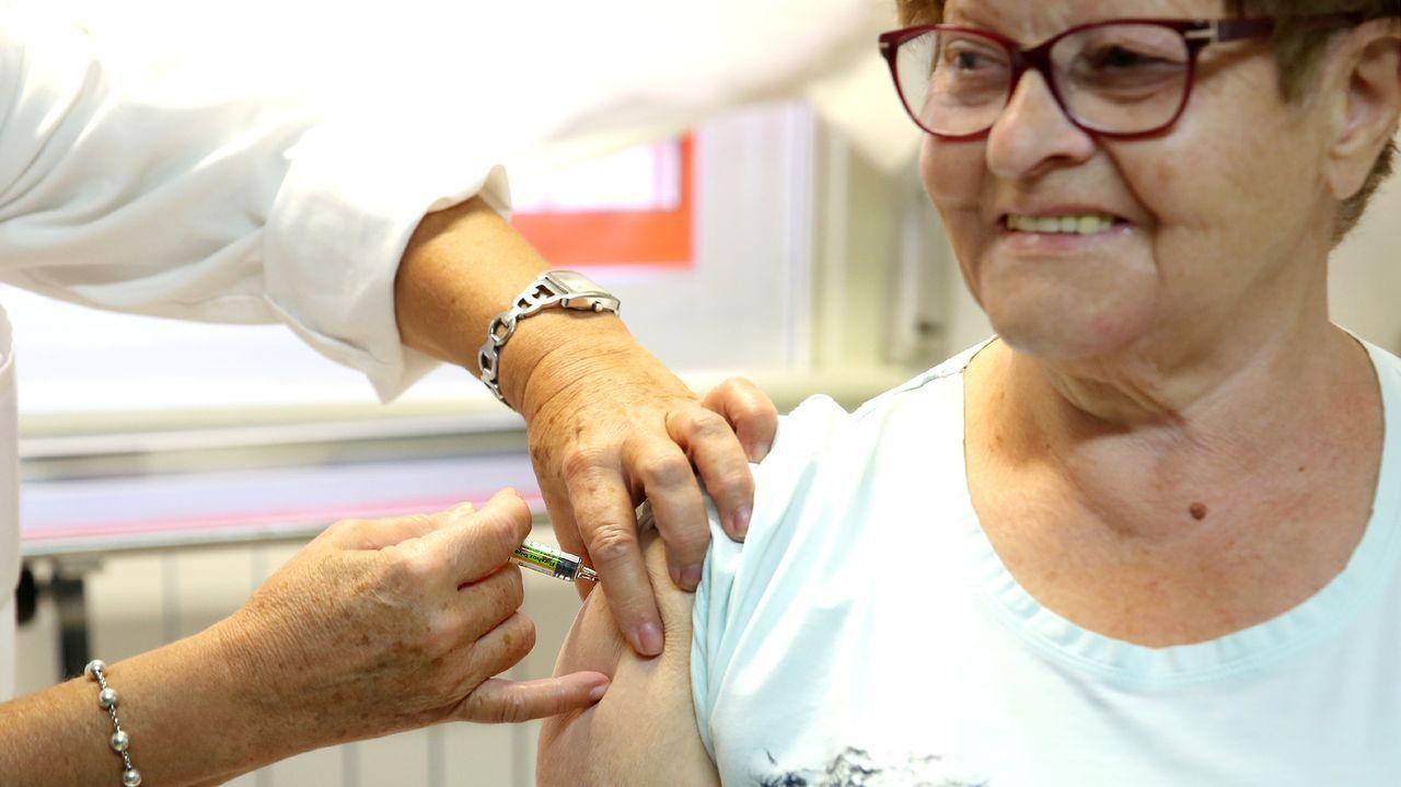 Un sanitario recoge una muestra a un joven para hacer una PCR