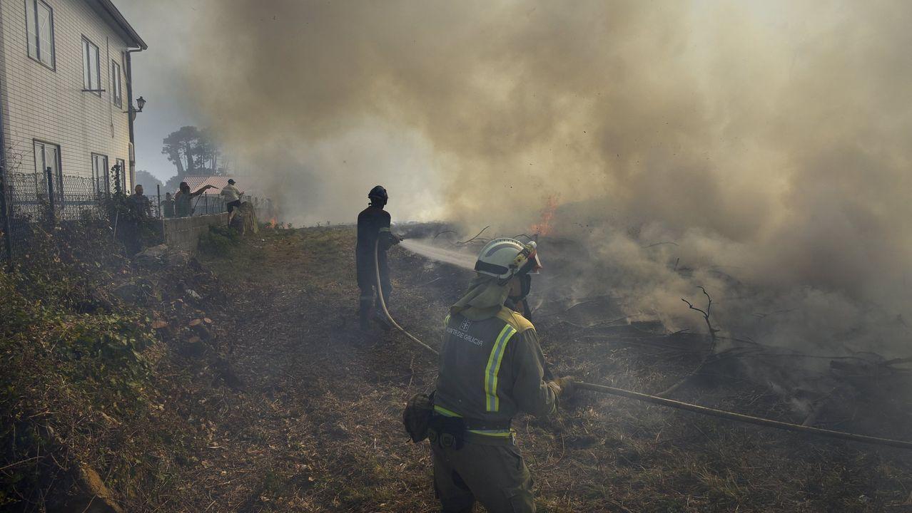 Una mujer trasladada al hospital tras un incendio en una vivienda de Ourense.Incendio en los astilleros de Placeres