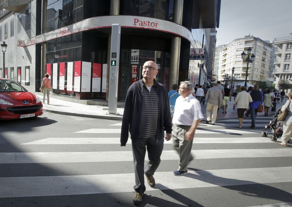 Alonso cruza la plaza de Galicia bajo el semáforo plateado que, confiesa, le tiene «abraiado».