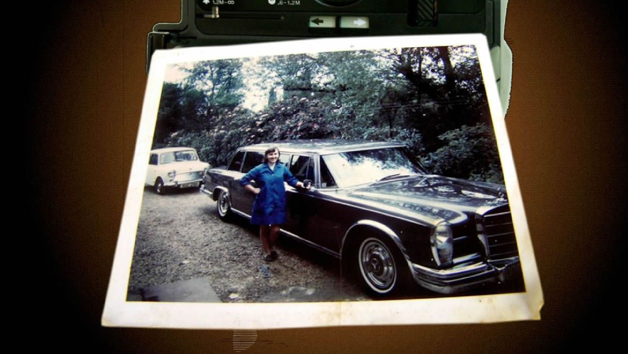 Fotograma del cortometraje «Aurelia», que fue preseleccionado para los premios Goya. En la imagen, la protagonista en una foto hecha por el chófer de Ringo Starr junto al coche del músico