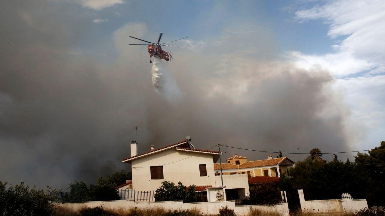 Un helicóptero trata de extinguir un incendio en Penelti