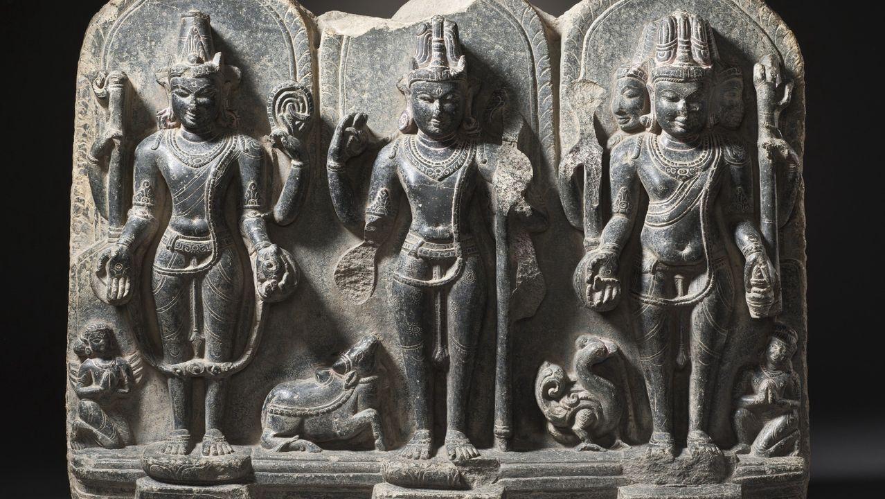 Los tres grandes dioses del panteón hindú, Visnu, Siva y Brahma, en una escultura del siglo X conservada en el Los Angeles County Museum of Art