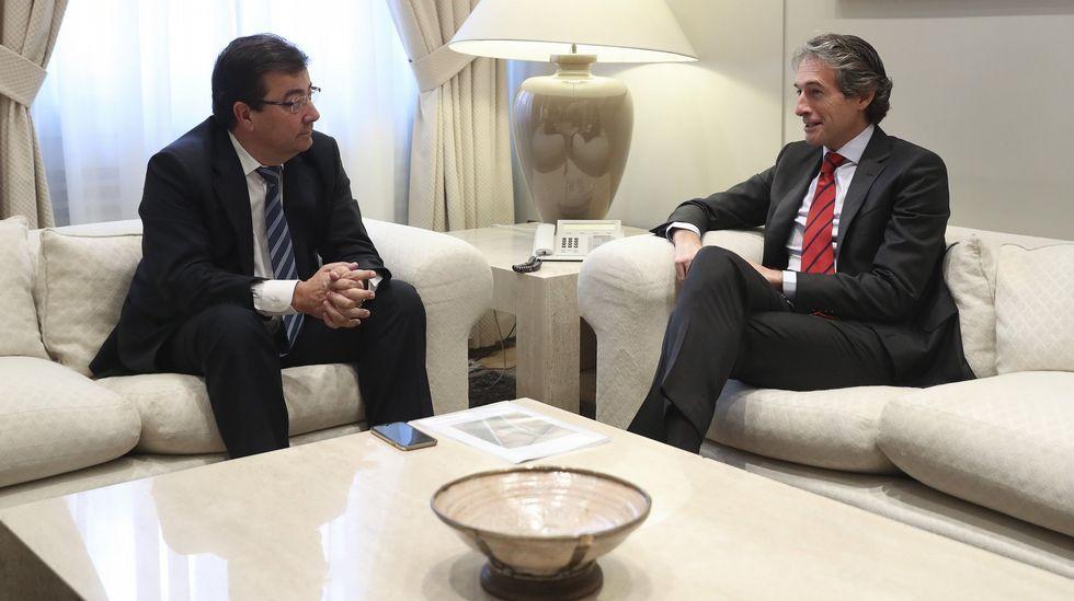 El presidente extremeño, Guillermo Fernández Vara, junto al ministro de Fomento, Íñigo Méndez de Vigo