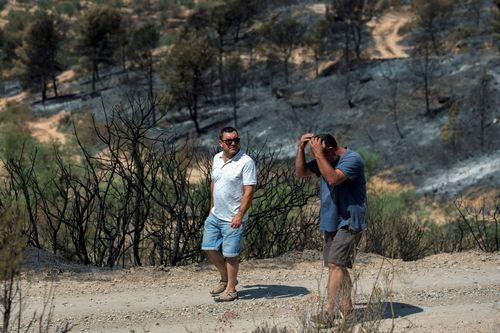 Vecinos de la localidad de Maials (Lérida), recorren una zona quemada
