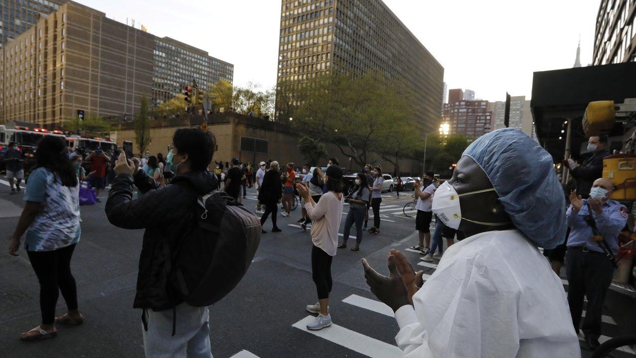 Homenaje en Nueva York a los trabajadores de la sanidad en un centro hospitalario de la ciudad