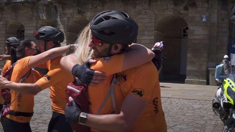 Rovira, en primer plano, abrazando a una de las madres que llegó caminando a Santiago dentro del reto FinisteRett a su llegada al Obradoiro.