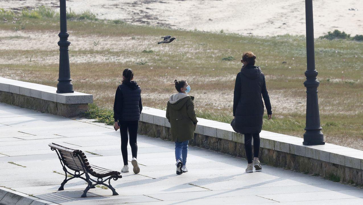 Dos niños por el paseo de Coroso, en Ribeira