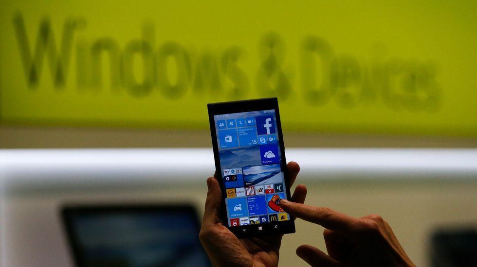 Representantes de Microsoft promocionan Windows 10 en una feria de juegos en Hong Kong.
