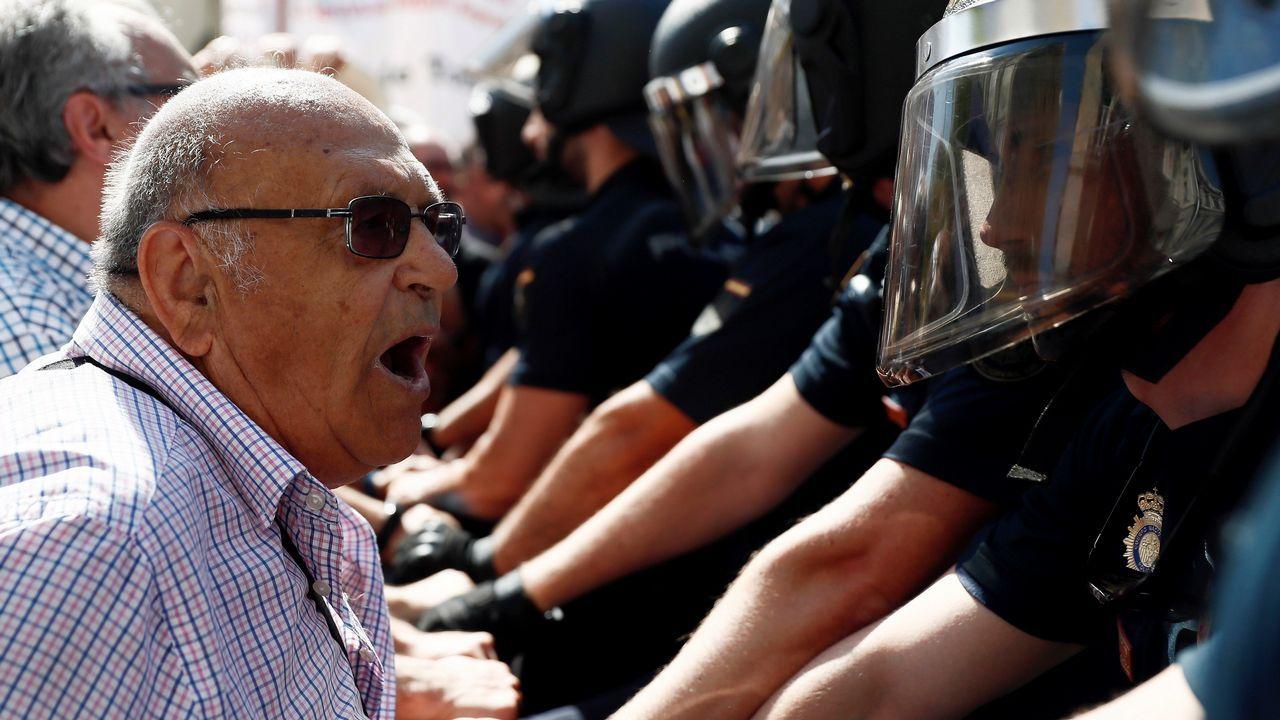 Tensa protesta de pensionistas a las puertas del Congreso.Un trabajador de ArcelorMittal