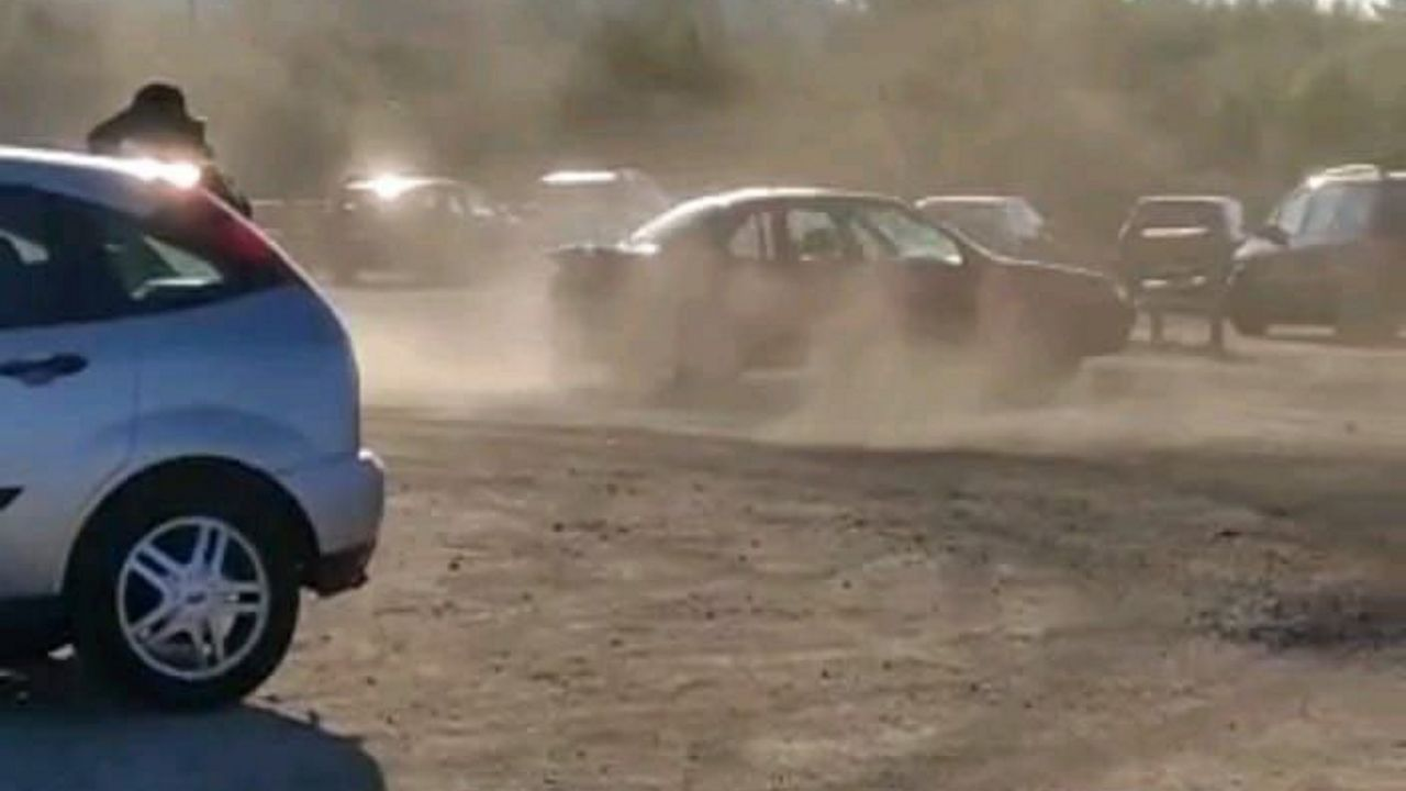 El Club Fluvial en blanco y negro.Fotograma del vídeo cedido por la Policía Local en el que se oberva al vehículo derrapando en la pista de tierra