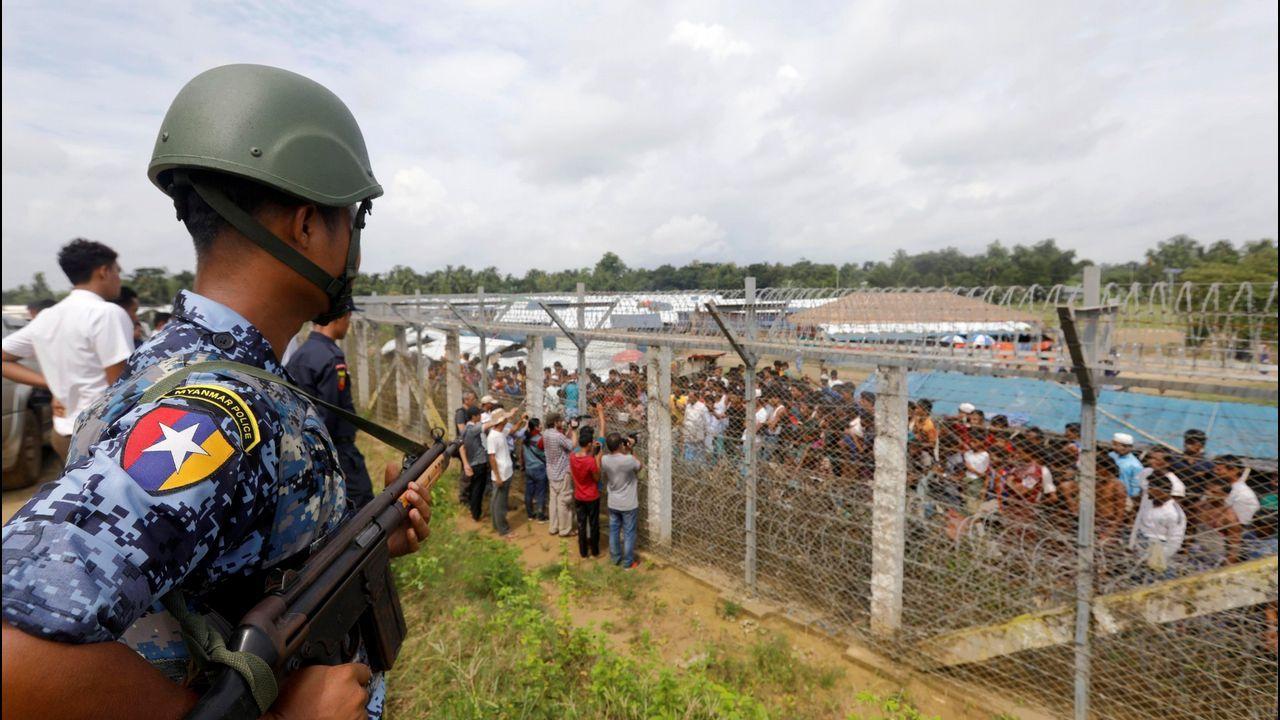 Un oficial de policía birmano monta guardia cerca de la valla fronteriza entre Bangladesh y Birmania