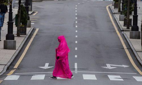 OVIEDO, 19/04/2020.- Una mujer camina por la avenida de Pumarín de Oviedo este domingo durante el trigésimo sexto día de confinamiento decretado para frenar el avance del coronavirus. EFE/ Alberto Morante