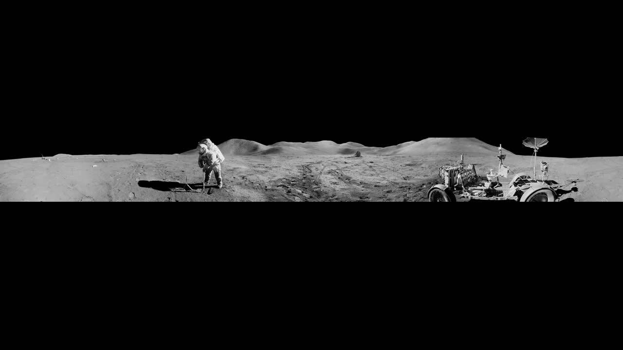 Vista panorámica del piloto James B. Irwin del módulo lunar del Apolo 15, haciendo una zanja en el suelo lunar durante la segunda caminata de la misión