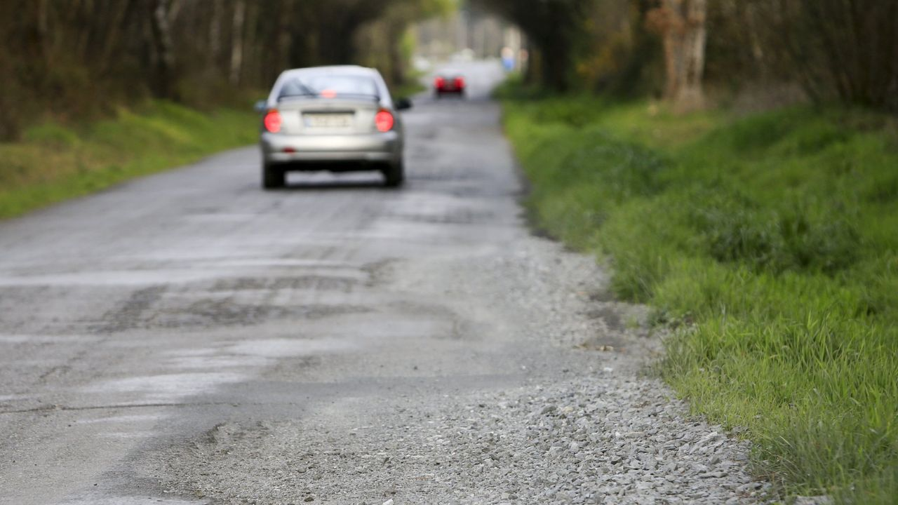 Selectividad con mascarillas y distancia de seguridad.Foto de archivo de una carretera de Friol