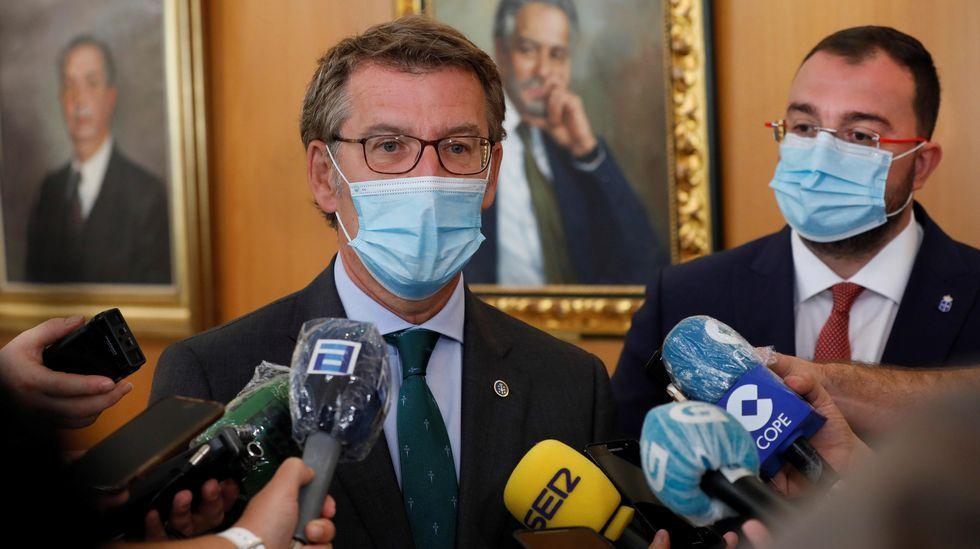 Núñez Feijoo atiende a los  medios tras su encuentro con el presidente de Asturias, Adrián Barbón (a la derecha)