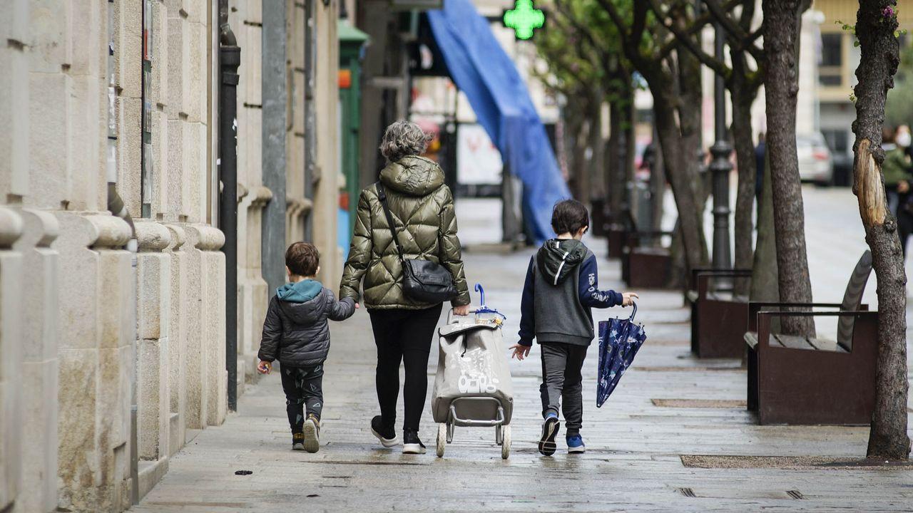 Los mayores ourensanos vuelven a calle.Nerea Añel con su madre, Belén Vázquez