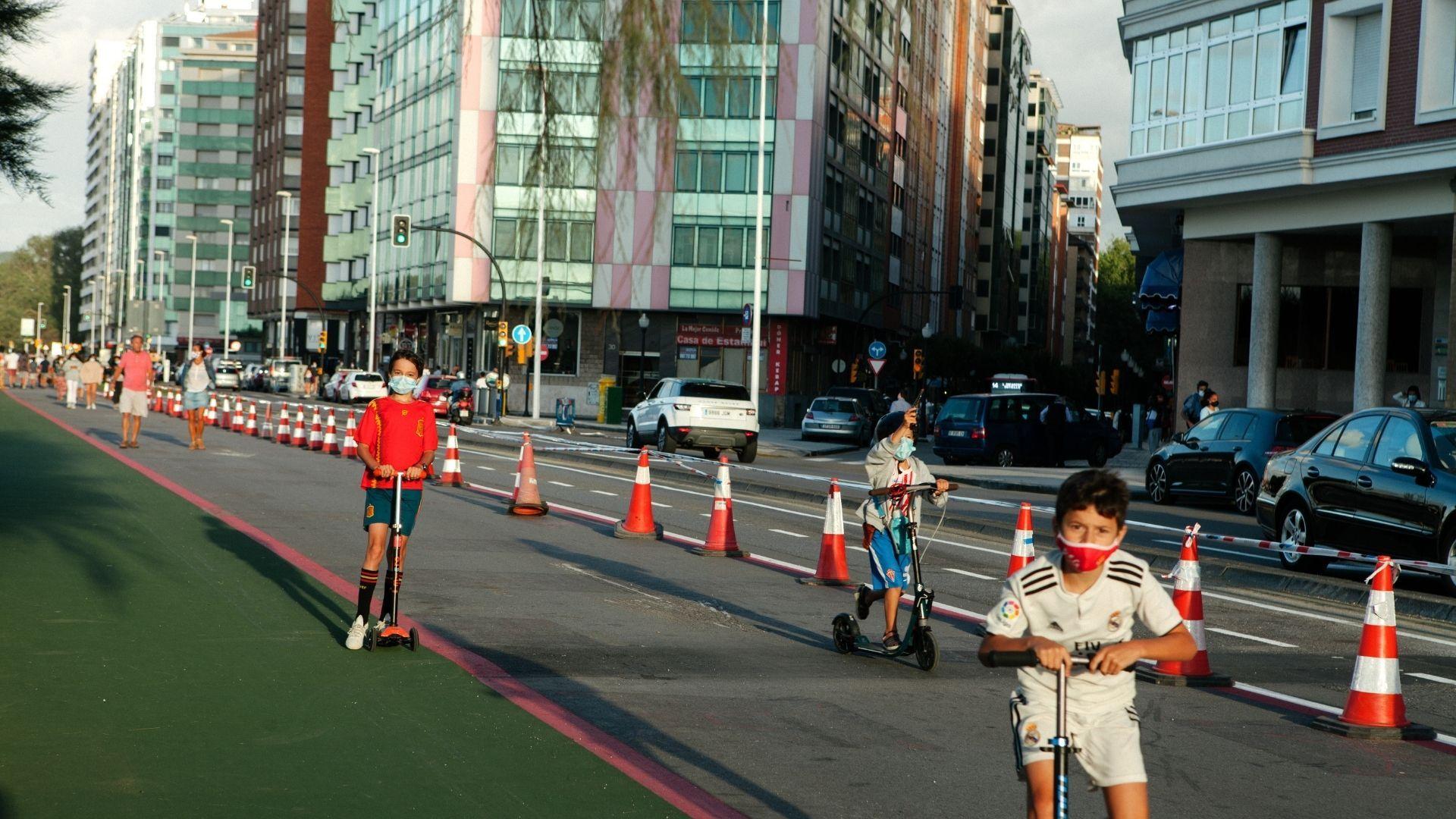 Usuarios de patinetes en el carril ganado al tráfico en el Muro de San Lorenzo