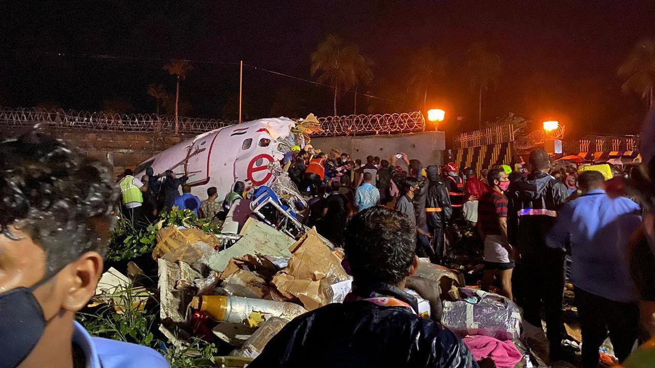 Imagen distribuida por la Defensa Civil de la India en la que se ve parte del fuselaje del avión siniestrado