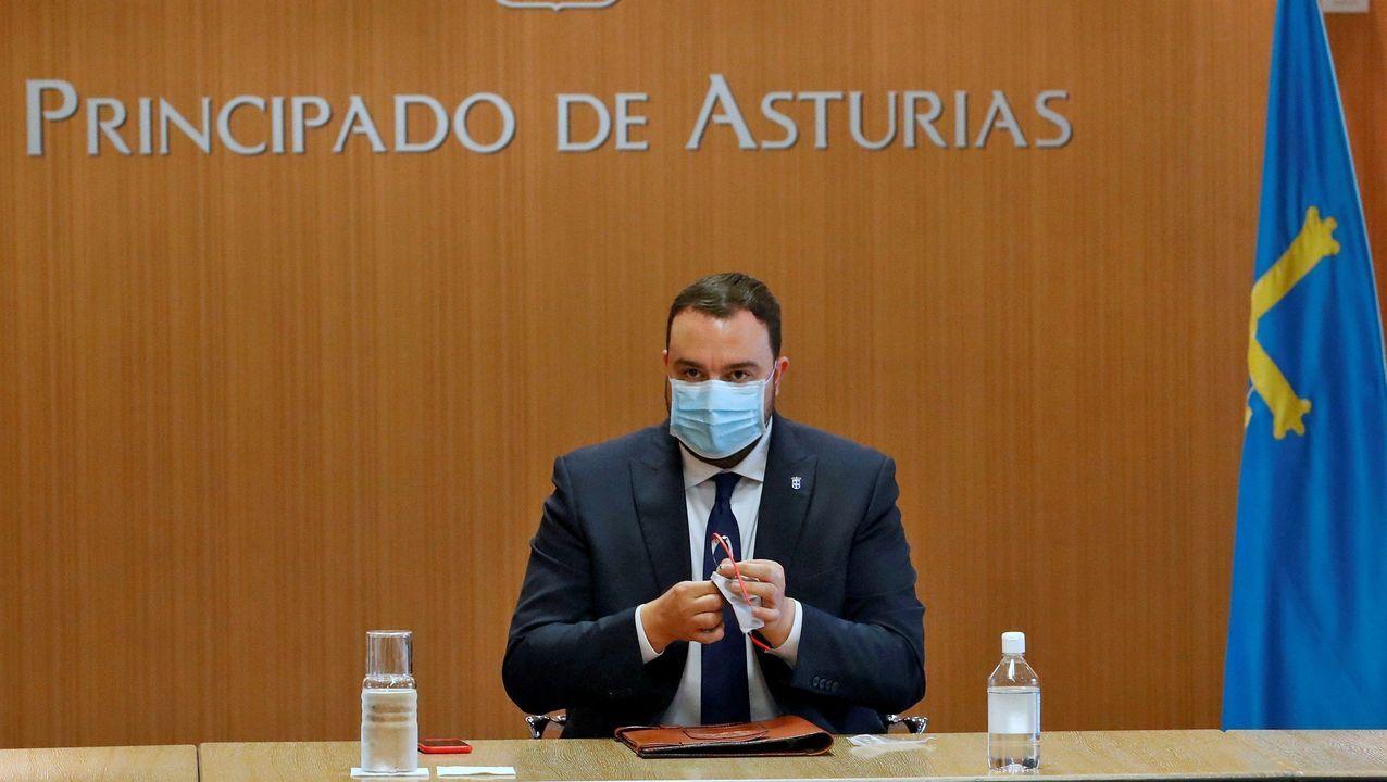 Un domingo de temporal para intrépidos.El presidente del Principado de Asturias, Adrián Barbón