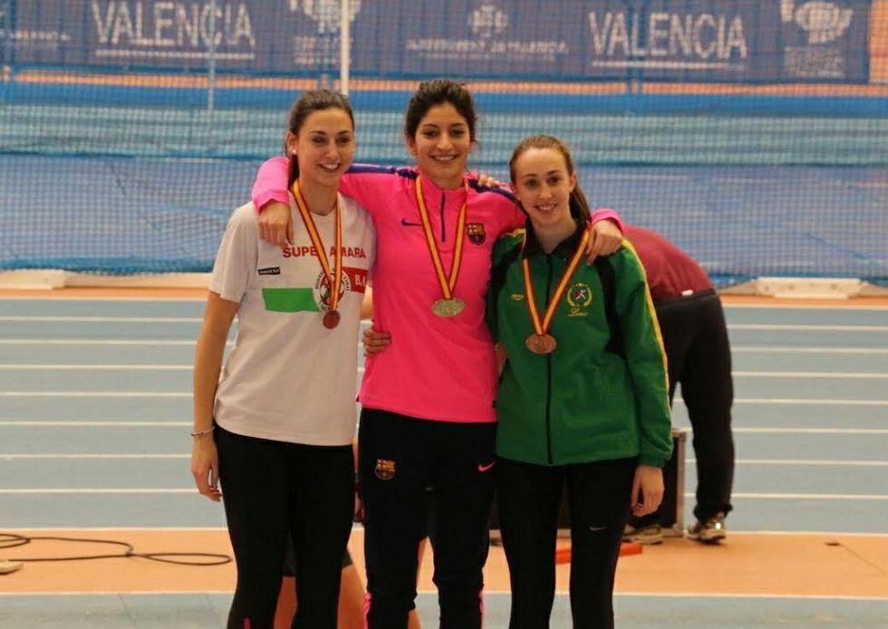 Saleta Fernández, en el centro, con la medalla de oro recién conquistada como atleta del FC Barcelona