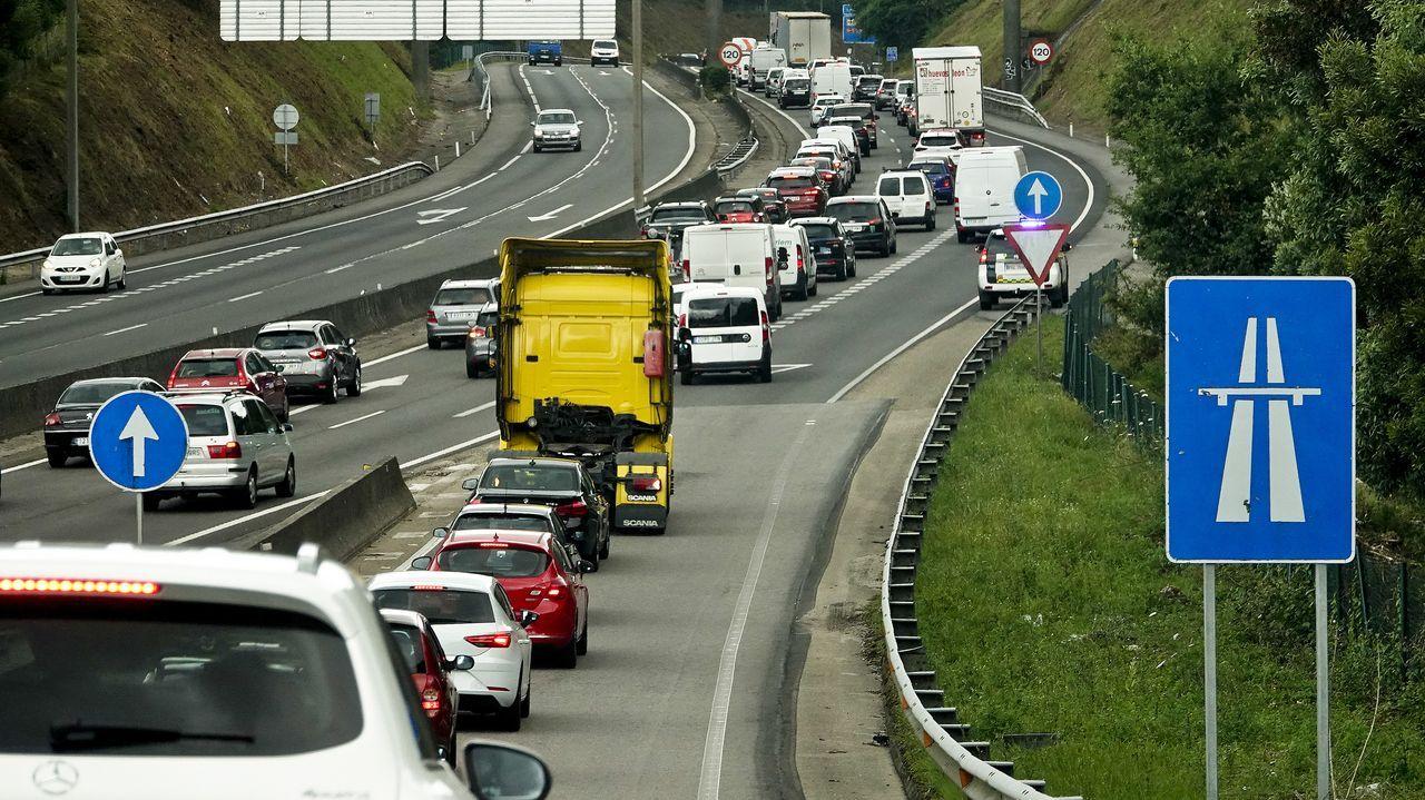 Retenciones en la autopista AP 9 desde Puxeiros hasta la salida del aeropuerto para ir a vacunarse al IFEVI.El velero embarrancado en Tixoso (imagen de archivo)
