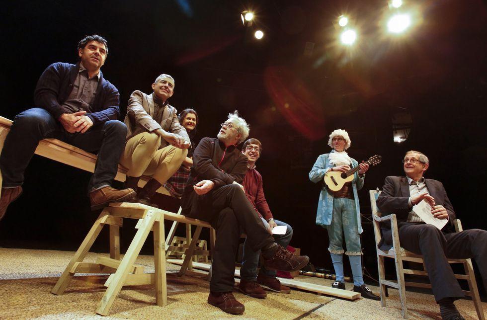 O director, o elenco, o edil de Cultura e o alcalde carballés, onte, no escenario da obra.