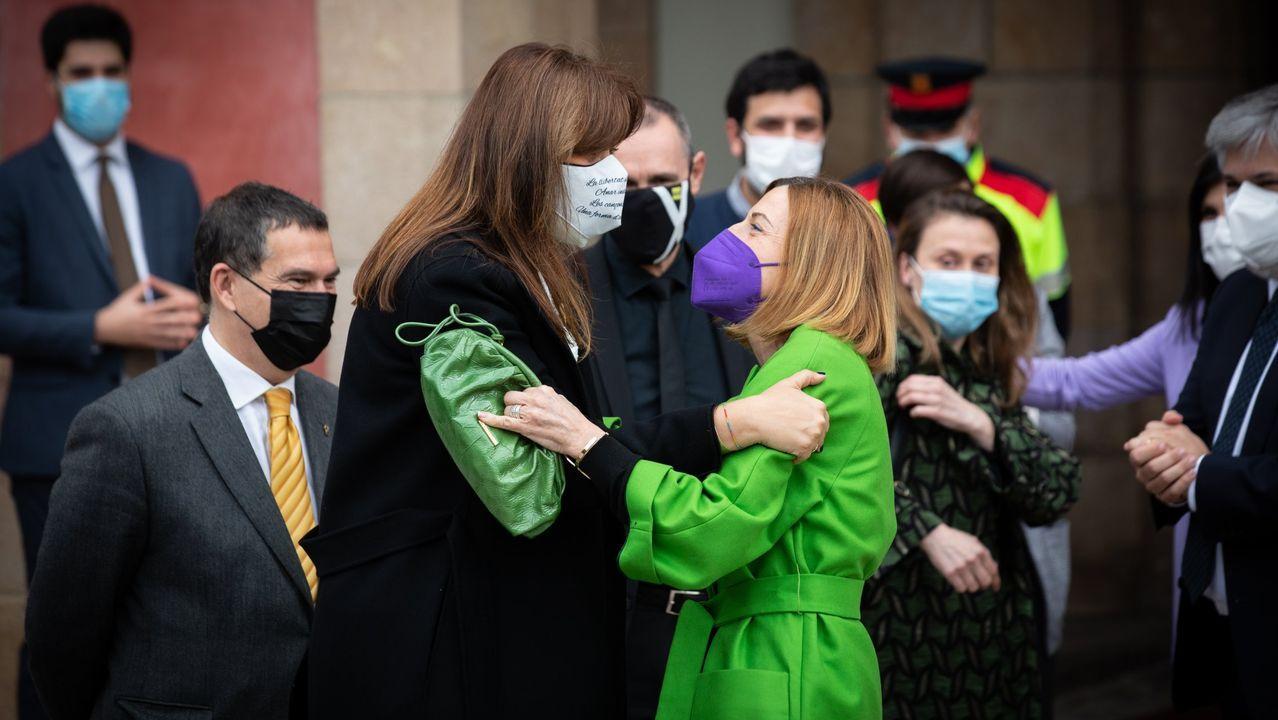Laura Borràs saluda a Carme Forcadell tras ser elegida presidenta del Parlamento catalán