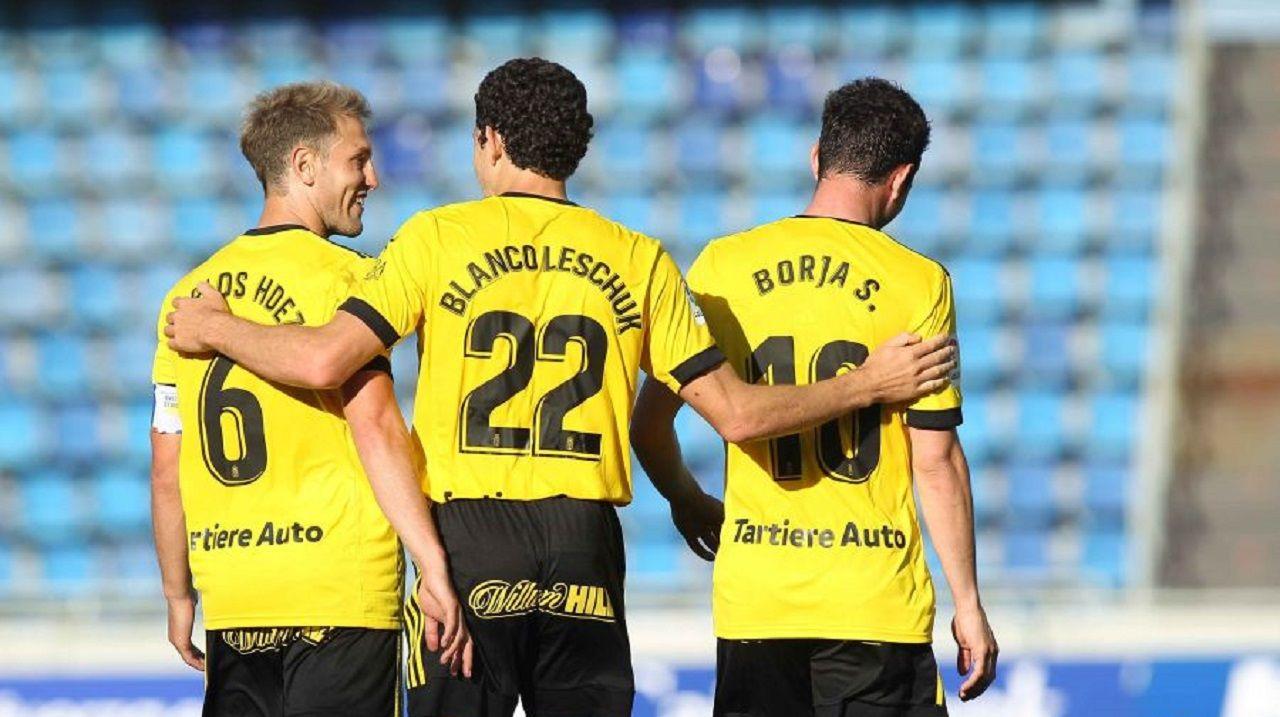 gol Blanco Leschuk Tenerife Real Oviedo Heliodoro Rodriguez Lopez.Carlos Hernández y Borja Sánchez felicitan a Blanco Leschuk por su gol ante el Tenerife