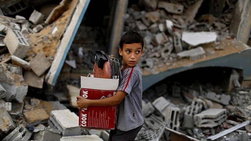 Ofensiva israelí en un barrio de Gaza.En los pocos minutos que duró la tregua, los palestinos pudieron recoger algunas pertenencias de sus derruidos hogares.