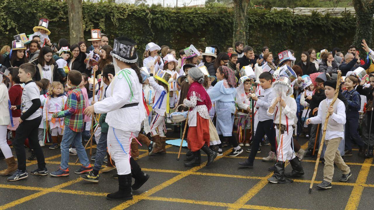 Troteiros de Bande en Santiago.Los trajes de los troteiros de Bande llamaron la atención en el carnaval que organizan los centros de enseñanza de Lamas de Abade (Santiago de Compostela). Desde Bande se desplazo un autobús con 50 troteiros.