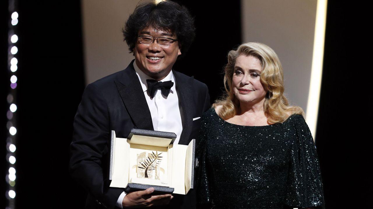 El director surcoreano recibió la Palma de Oro de manos de Catherine Deneuve