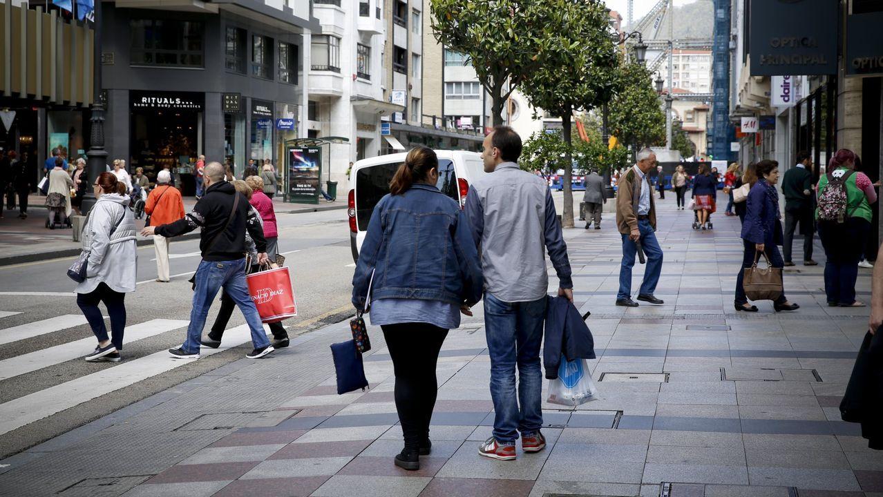 Unos turistas consultan un plano de Oviedo en la calle Uría.Calle Uría, Oviedo