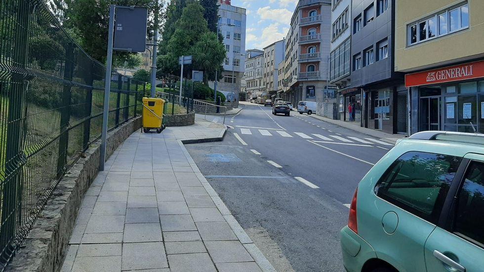 Así es la guarida de Fernández Cores en A Cañiza.El carril pegado a la Muralla sigue estando acotado para paseos y deporte