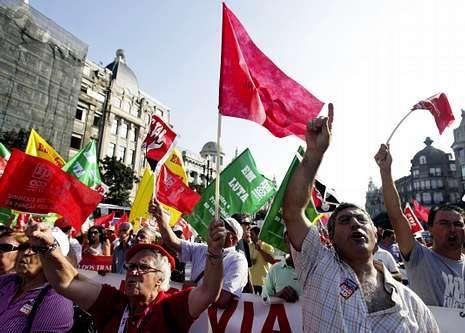 Saludo del papa Francisco a la delegación española.Manifestación de ayer en el centro de Lisboa.