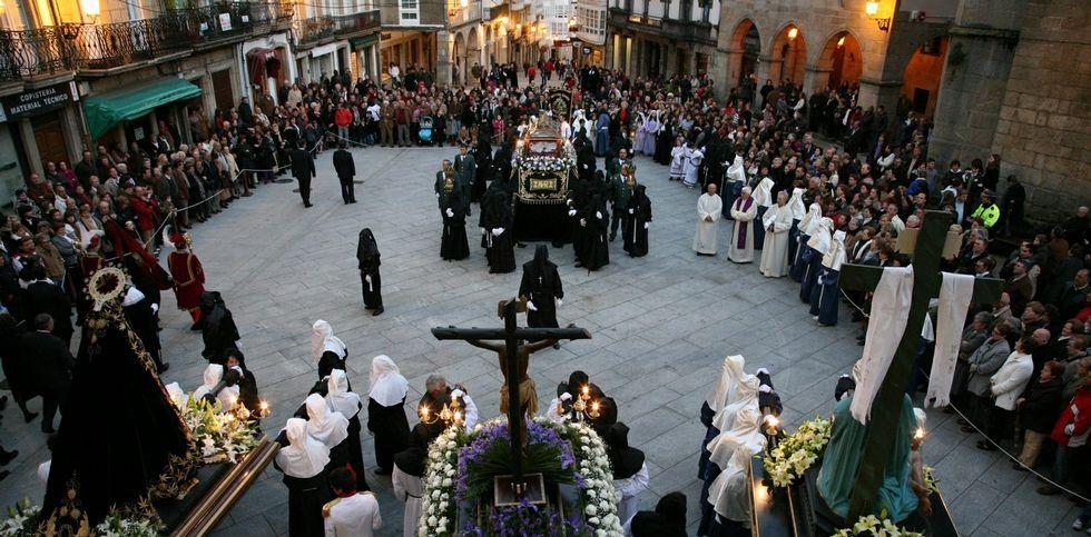 Imagen de archivo de la procesión del Santo Entierro en el casco histórico de Betanzos.