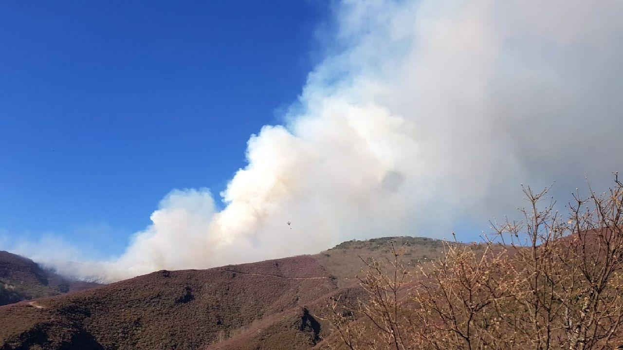 Humareda originada por el incendio, que se produjo en la parroquia de Hórreos