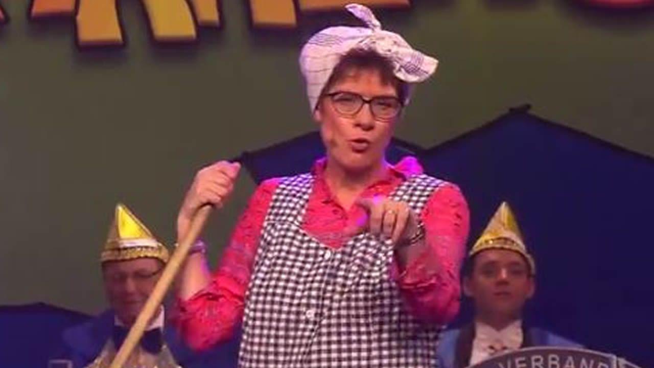 Transformada en Gretel, la señora de la limpieza,  Annegret Kramp-Karrenbauer ha dado un barrido a la política alemana en el carnaval del Sarre