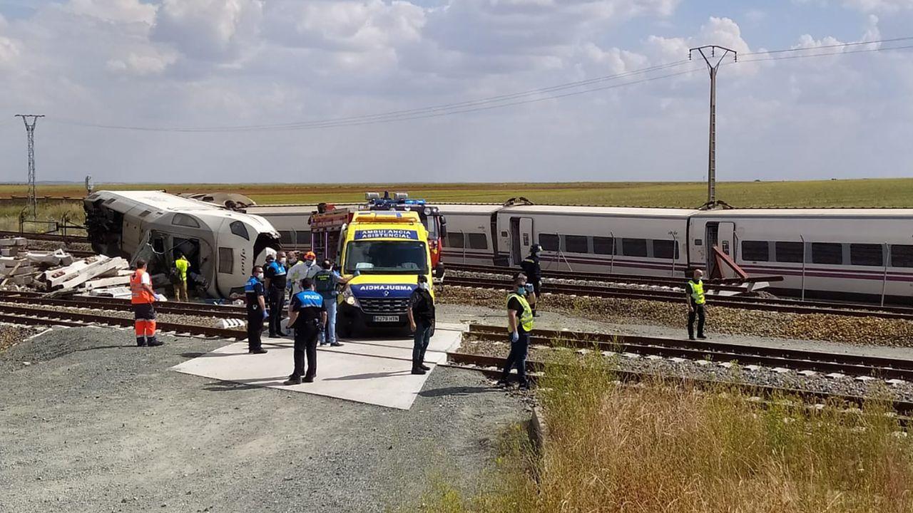 Imagen del descarrilamiento de un Alvia cerca de Zamora por la caída de un vehículo a las vías desde un paso elevado