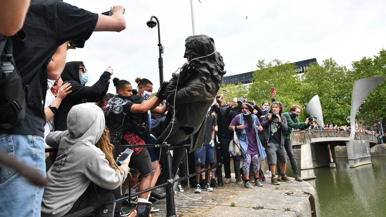 La estatua del esclavista Colston acabó en el río, durante la protesta del domingo en Bristol