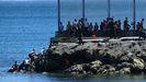 Miles de inmigrantes marroquíes entran en Ceuta a nado y a pie