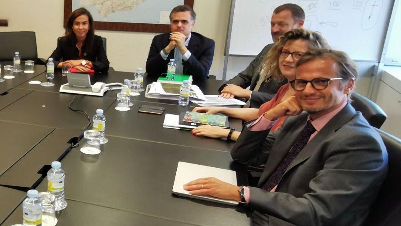 «Tú me dejaste de escanciar»: C. Magaya, «El Asturianu».María Luisa Domínguez, segunda por la derecha, con Isabel Pardo de Vera en una reunión del ADIF con diputados ourensanos en el 2019
