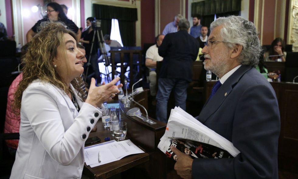 Derribo de la casa de Reza.Mónica Vázquez (PSOE) y Rosendo Fernández (PP) discuten sobre el pago a Proavia.