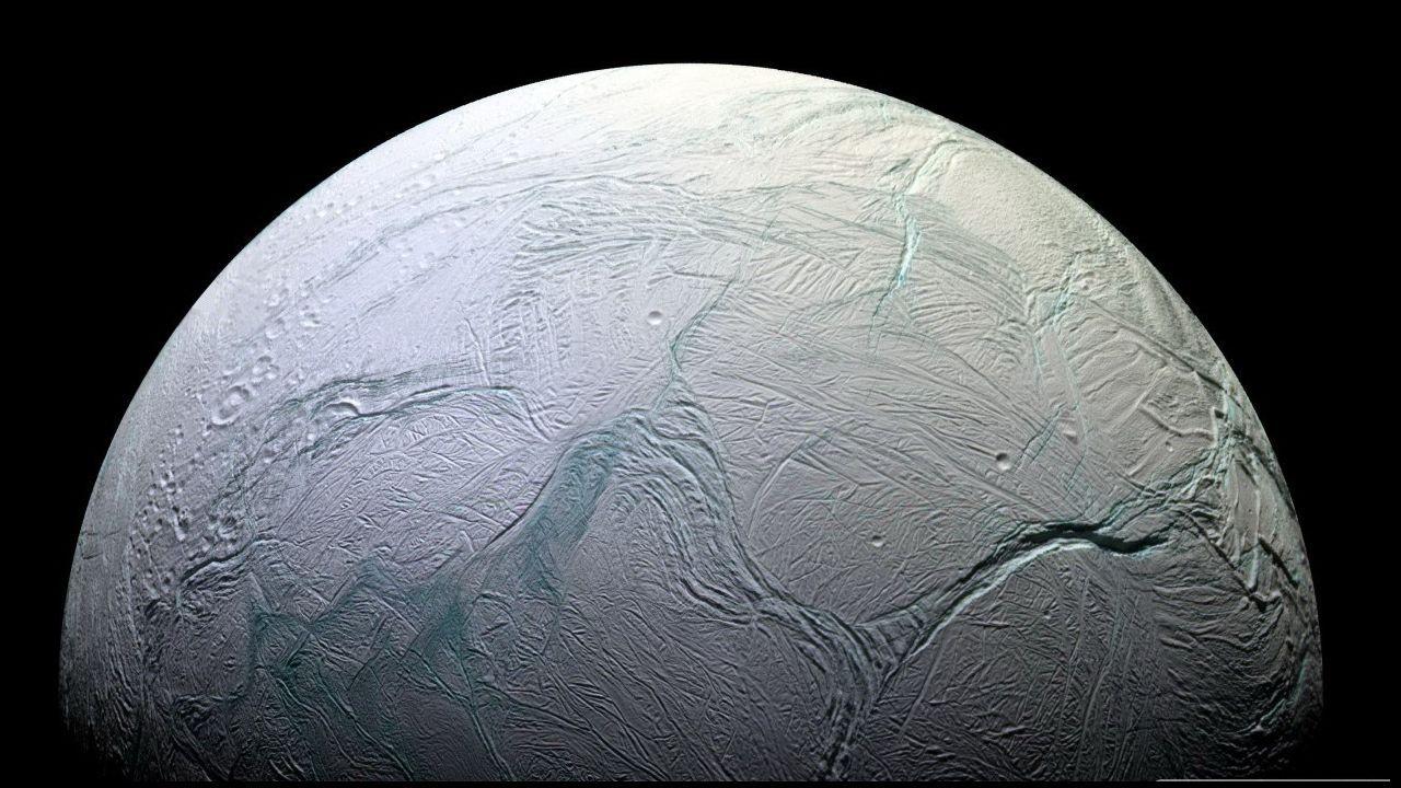 Encélado libera a través de las fisuras, conocidas como rayas de tigre, enormes chorros de vapor de agua.