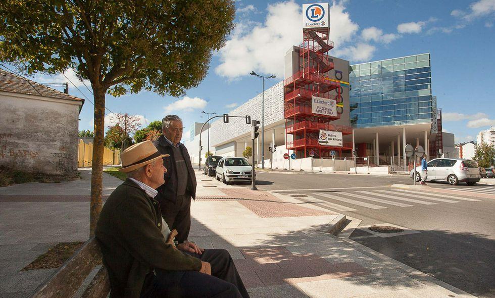 Comparativa del viaje Lugo-Ourense por Monforte o por Chantada.Todavía hay que esperar meses para que abran más negocios en el Centro Comercial Abella.