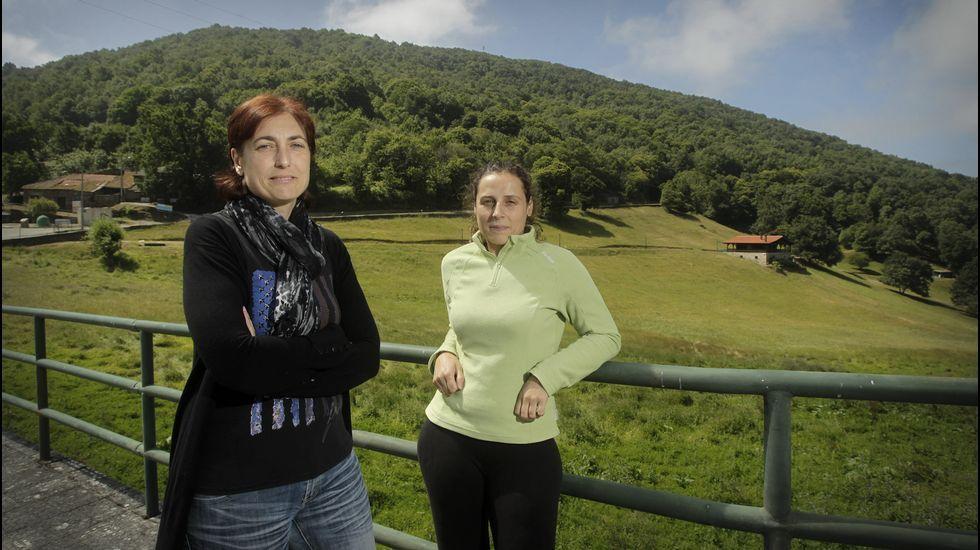 Montse y Judit, dos de las jóvenes madres de A Teixeira.