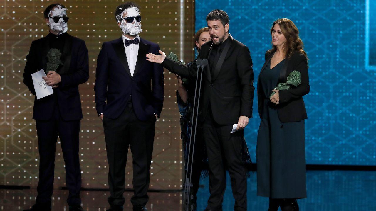 Nacho Díaz agradece el premio, junto a Ana y Belén López, y los cómicos Joaquín Reyes y Ernesto Sevilla