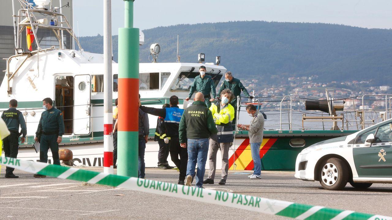 Fracasan los intentos de desencallar al megaportacontenedores del canal de Suez.Miembros de Protección Civil y de la Guardia Civil en las labores de rescate del pesquero