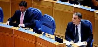 Patiño.Samuel Juárez (izquierda) y Roberto Varela, en las filas del Gobierno durante una sesión en el Parlamento gallego.